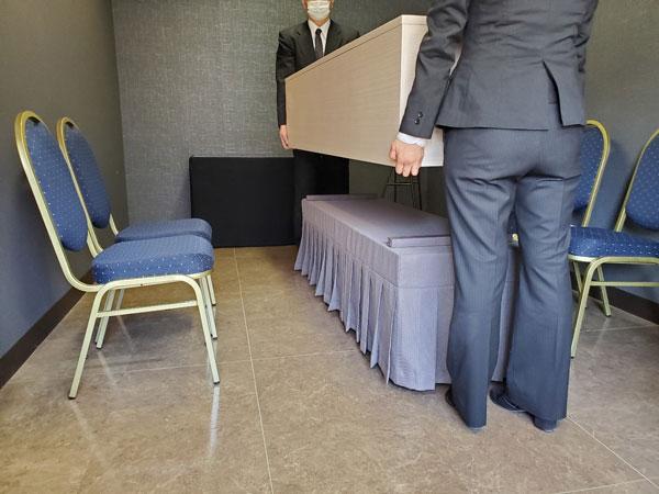 ファミリーホール鶴ヶ峰、霊柩車へのご乗棺は、ファミリーホールスタッフ2名がお手伝いいたします。